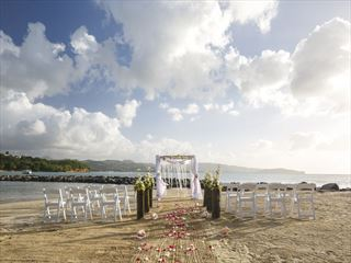 Beautiful wedding setting at Windjammer Landing Villa Beach Resort