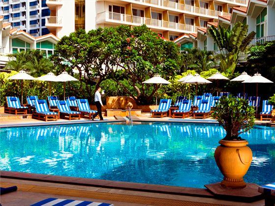 Dusit Thani Bangkok swimming pool