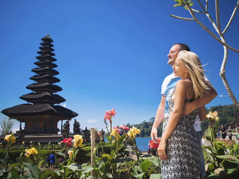 couple pose by a balinese temple