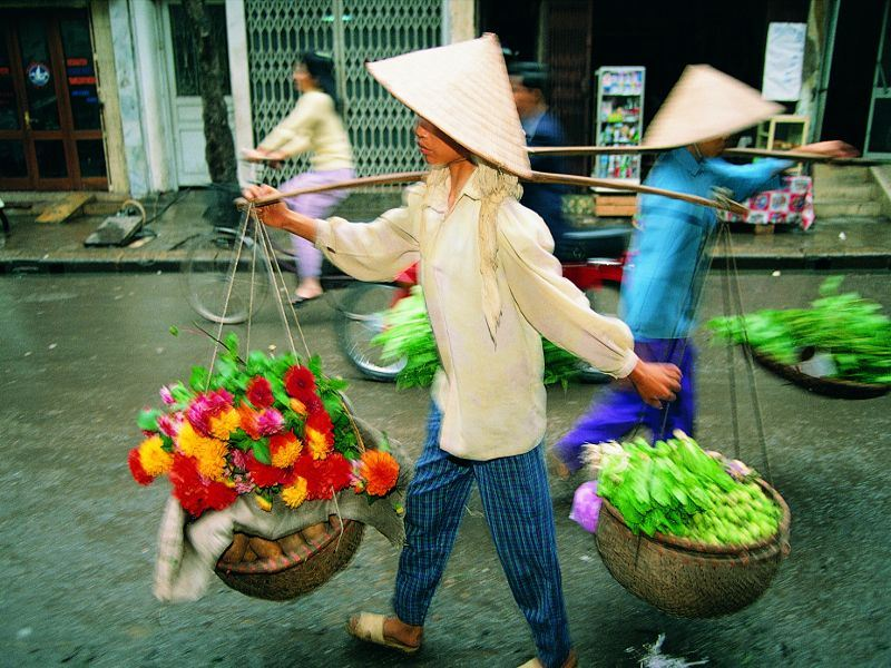 street food vendors in vietnam